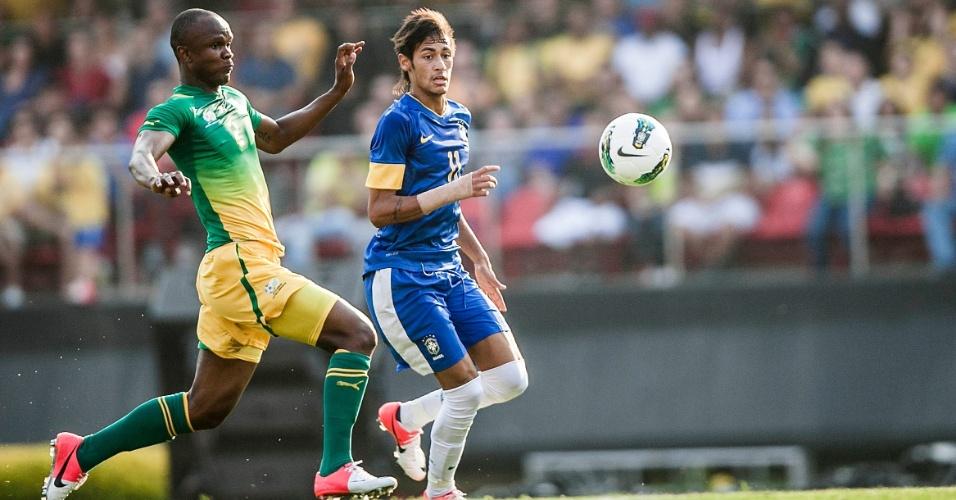 Marcador sul-africano tenta conter o avanço de Neymar durante amistoso