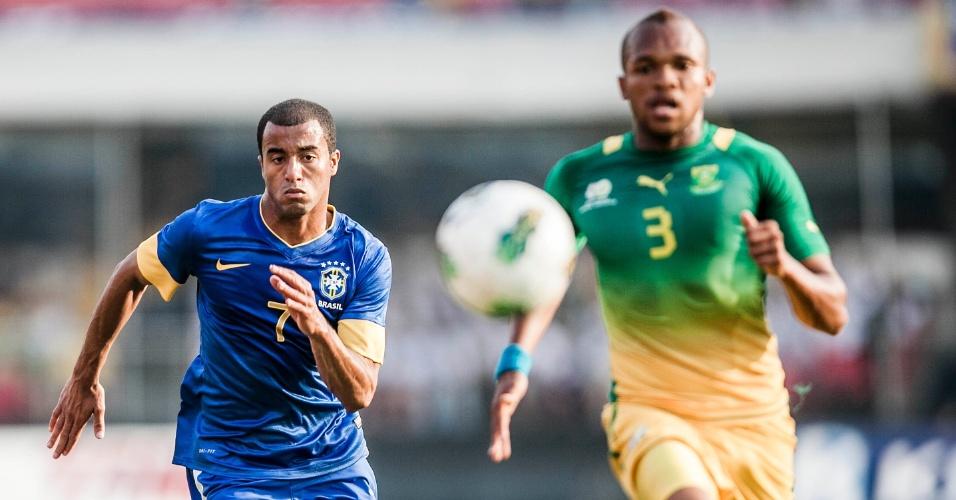 Meia Lucas tenta alcançar a bola durante amistoso da seleção contra a África do Sul