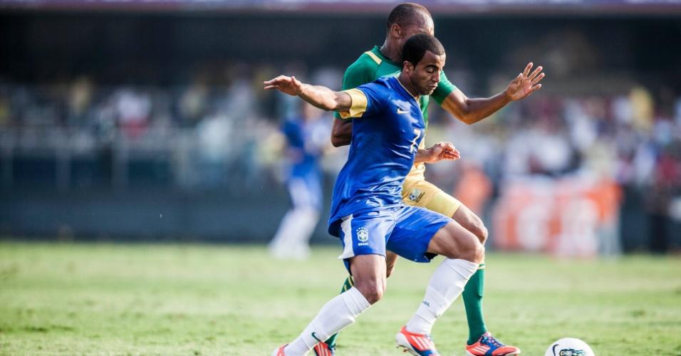 Meia Lucas tenta proteger a bola de jogador sul-africano