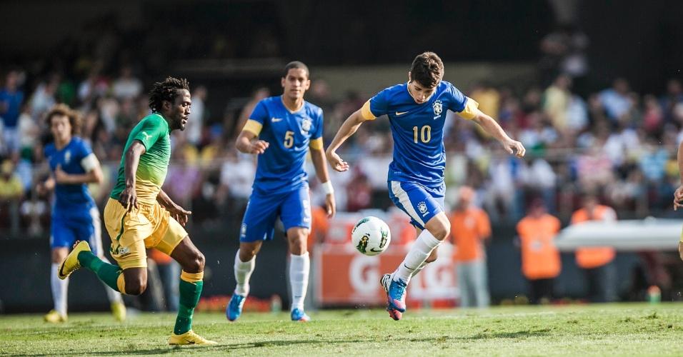 Meia Oscar conduz a bola durante partida do Brasil contra a África do Sul; seleção foi vaiada no Morumbi e torcida gritou