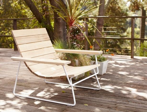 """Desenvolvida pela Pfeiffer para a Council, a linha de móveis para exteriores """"Plank"""" usa madeira tratada - Divulgação"""