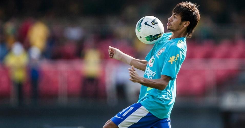 Neymar controla a bola durante aquecimento da seleção antes de jogo contra a África do Sul