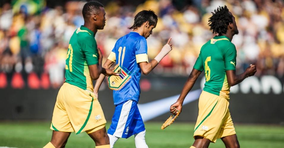 Neymar entra em campo ao lado de jogadores da África do Sul
