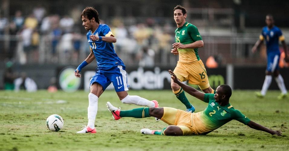 Neymar tenta escapar da marcação de jogador sul-africano