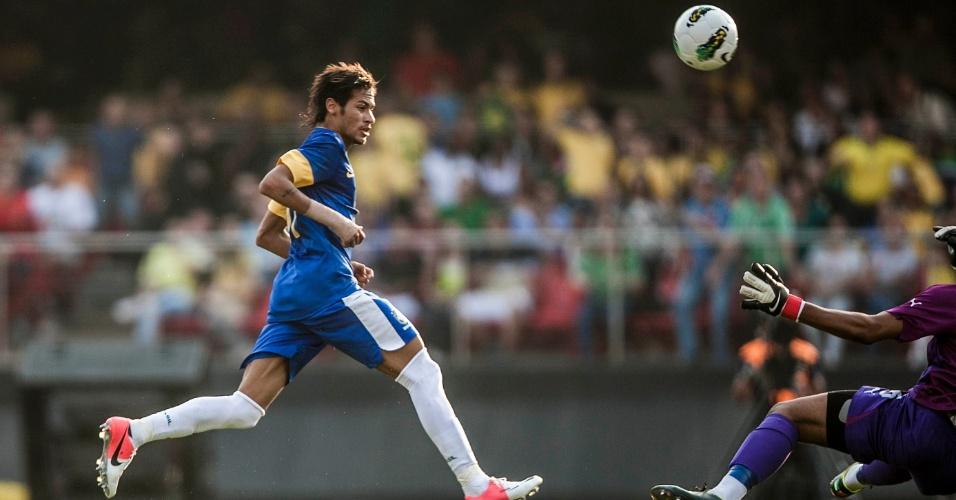 Neymar tenta, mas goleiro da África do Sul sai e intercepta lance