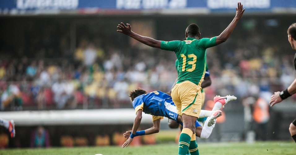 Neymar vai ao chão após dividida com jogador da África do Sul