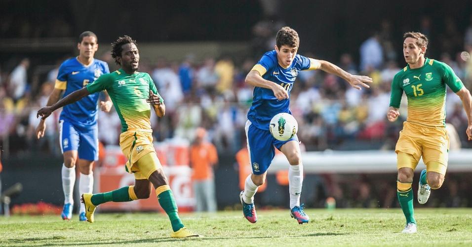 Oscar, meia da seleção brasileira, tenta levar a equipe adiante em amistoso contra a África do Sul
