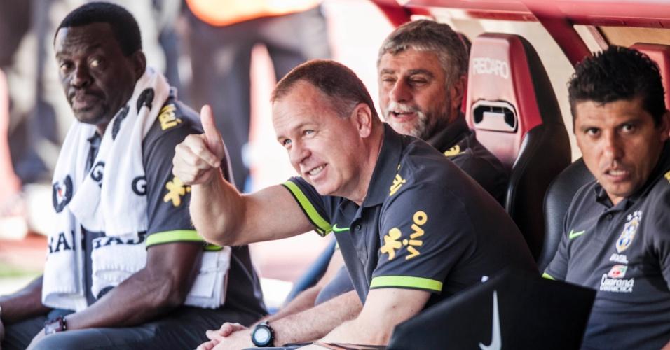 Técnico Mano Menezes, da seleção brasileira, acena antes do início do jogo contra a África do Sul