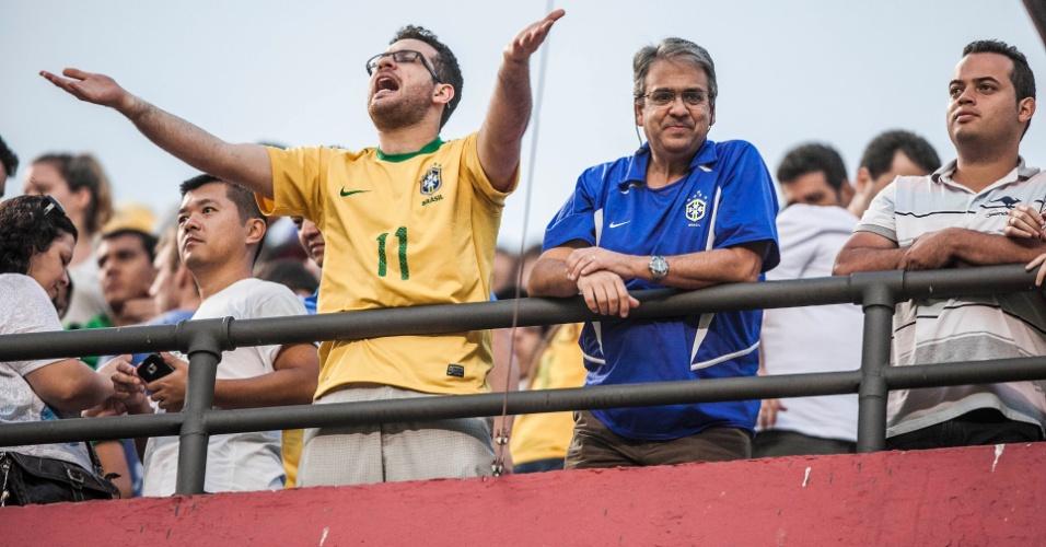 Torcedor reclama do desempenho da seleção brasileira contra a África do Sul