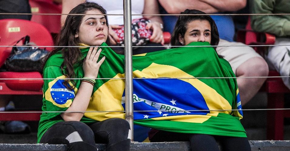 Torcedoras ficam de cara fechada durante jogo do Brasil contra a África do Sul