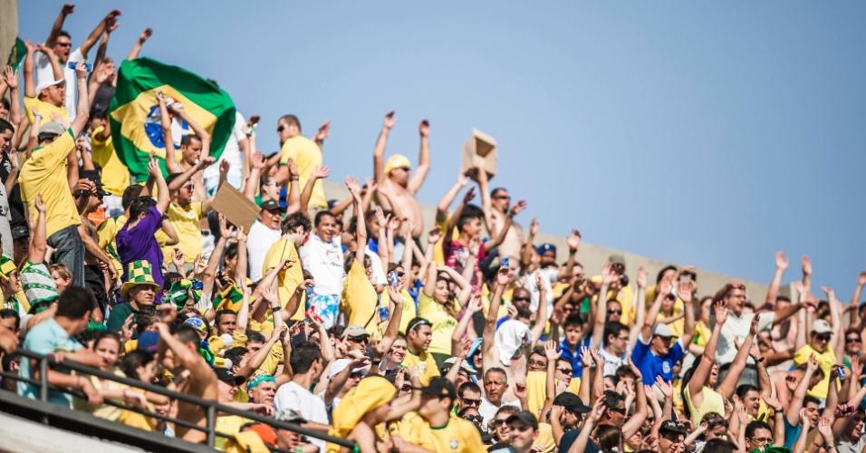 Torcida brasileira faz festa antes da partida contra a África do Sul