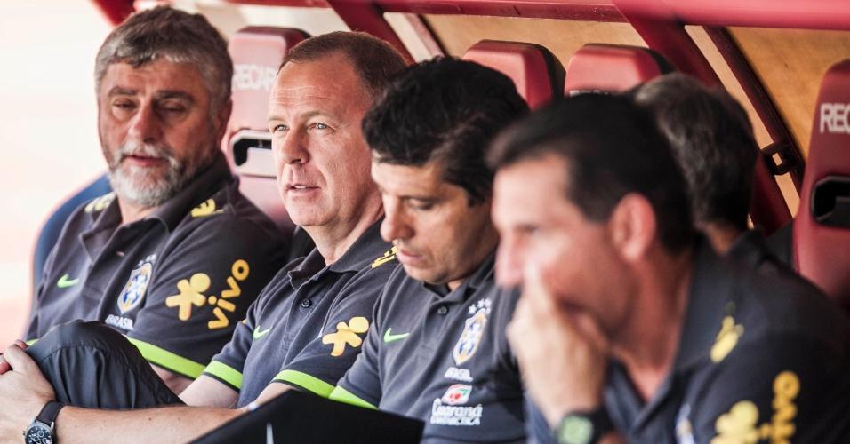 Treinador da seleção brasileira, Mano Menezes se acomoda no banco do Morumbi entre sua comissão técnica