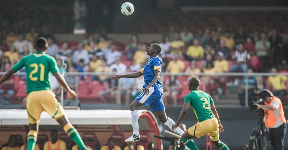 Volante Ramires, da seleção brasileira, tenta chegar à bola durante jogo contra a África do Sul