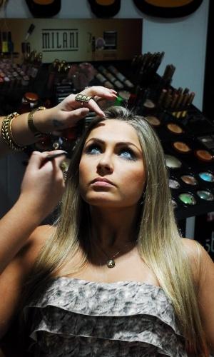 A ex-BBB Renata Dávila é maquiada na Beauty Fair em São Paulo (8/9/12)