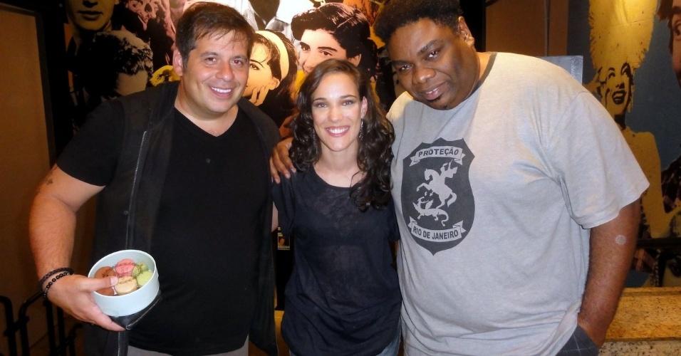 """Adriana Birolli recebe Sergio Loroza e Leandro Hassum nos bastidores da peça  """"Manual Prático da Mulher Desesperada"""", no Rio"""