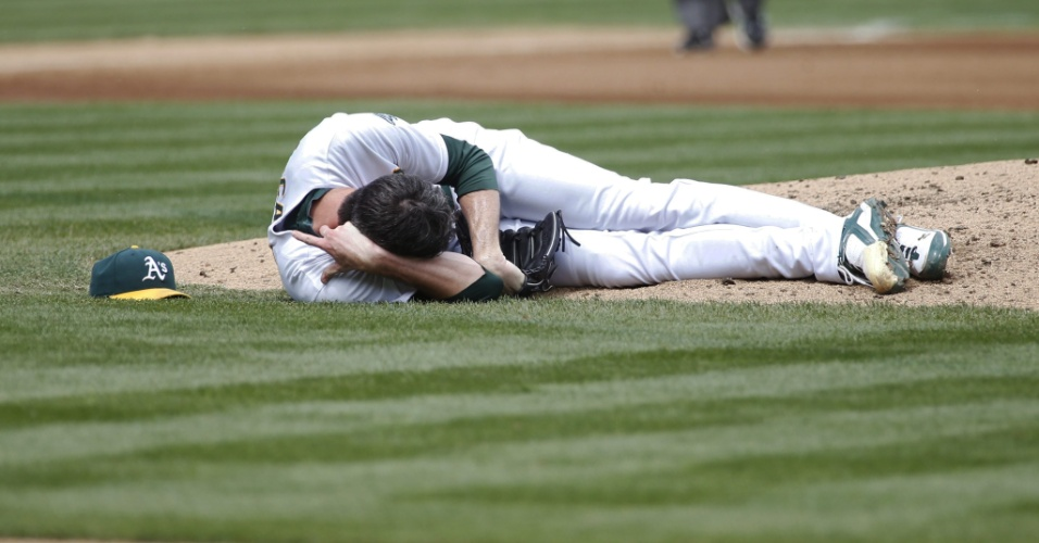 08.set.2012 - Brandon McCarthy, do Oakland Athletics, sofre fratura de crânio ao levar uma bolada na cabeça no jogo contra o Los Angeles Angels