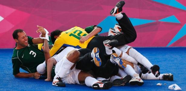 Jogadores da seleção brasileira do futebol de cinco comemora medalha de ouro conquistada em Londres