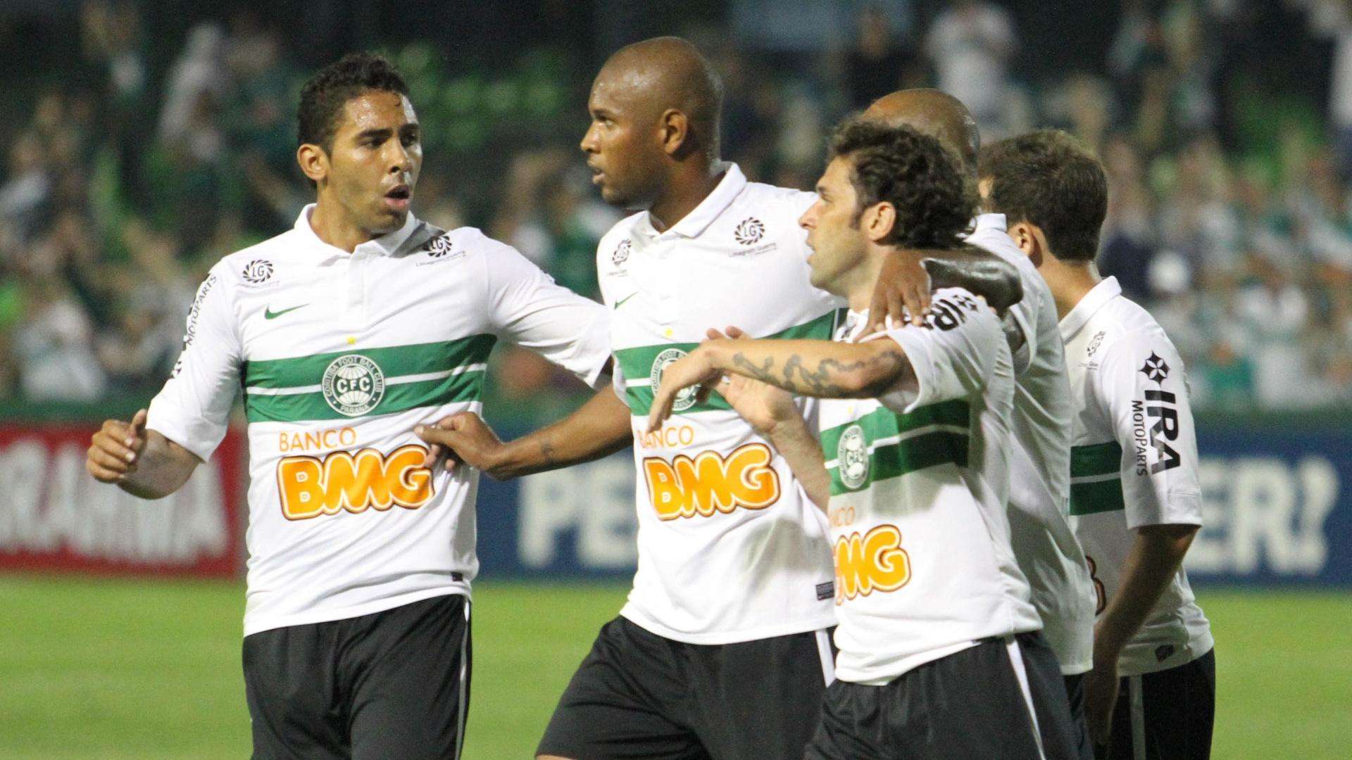 Jogadores do Coritiba comemoram gol marcado por Lincoln, que abriu o placar contra o Flamengo no Couto Pereira (08/09/2012)