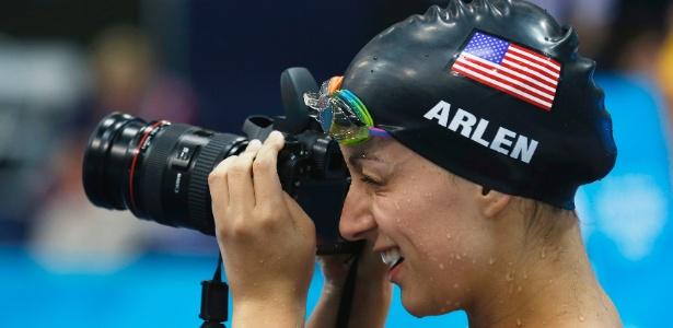 Nadadora norte-americana Victoria Arlen pega câmera de fotógrafo e tira fotos durante treino no Centro Aquático de Londres - REUTERS/Suzanne Plunkett