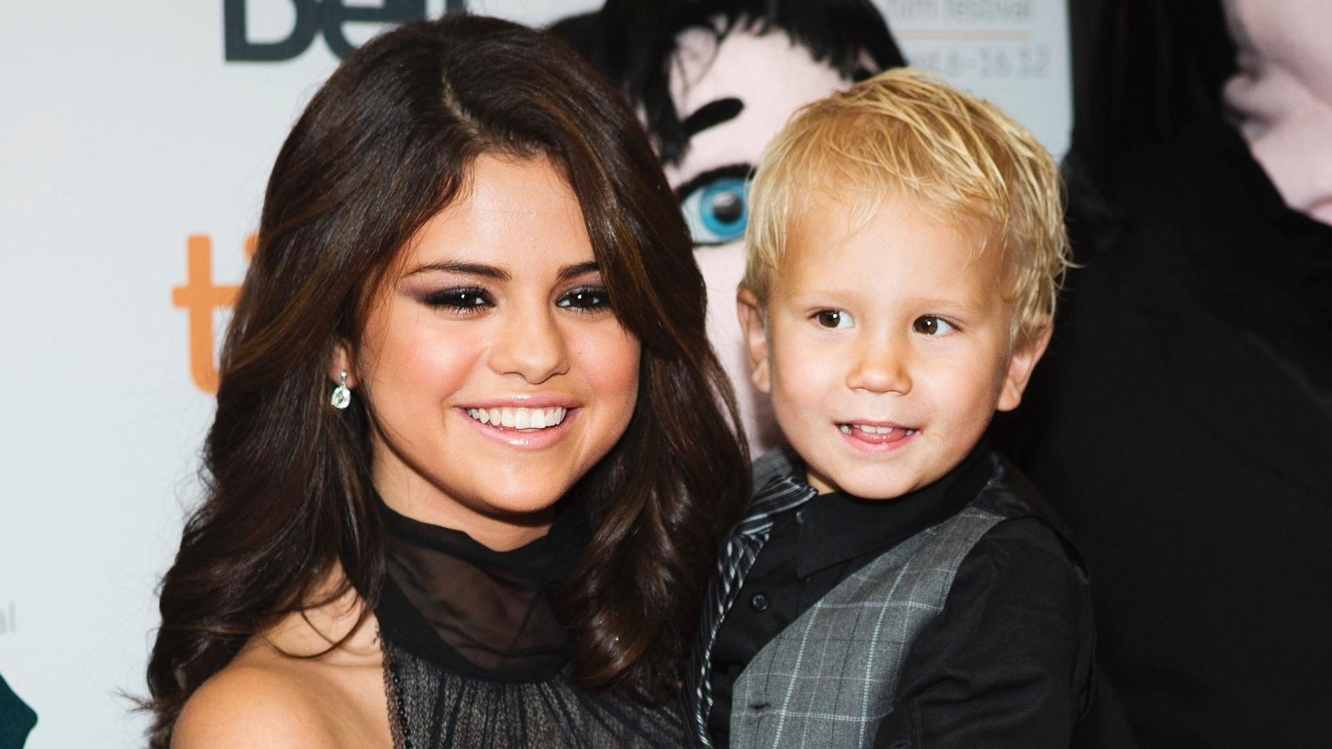 Selena Gomez segura o cunhado, Jaxon Bieber, na pré-estreia do filme