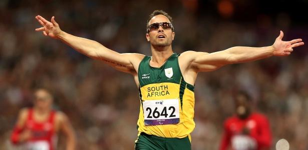 Sul-africano Oscar Pistorius comemora após cruzar linha de chegada e conquistar o ouro nos 400m T44