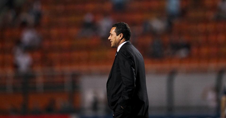 Vanderlei Luxemburgo, técnico do Grêmio, acompanha o andamento da partida entre seu time e o Corinthians no Pacaembu