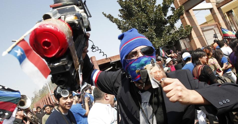9.set.2012 - Manifestante segura fotografia de Augusto Pinochet  durante protesto em memória dos detidos e desaparecidos na ditadura. Cerca de 5 mil pessoas, amigos e familiares participaram de uma passeata neste domingo (9) no 39º aniversário do golpe que derrubou Salvador Allende no dia 11 de setembro de 1973