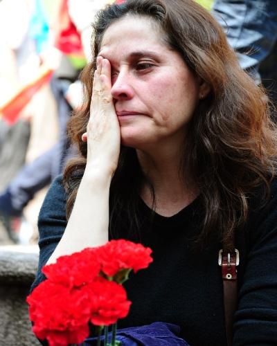 9.set.2012 - Mulher chora em cemitério em memória dos detidos e desaparecidos da ditadura de Augusto Pinochet, no 39° aniversário do golpe que derrubou Salvador Allende no dia 11 de setembro de 1973