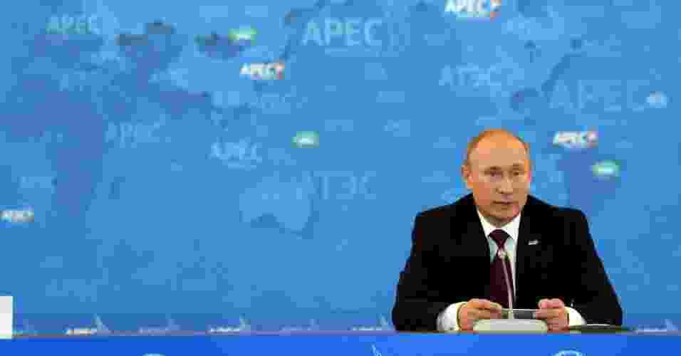 9.set.2012 - Presidente da Rússia Vladimir Putin faz discurso em mesa redonda durante o Fórum Econômico da Ásia Pacífico (Apec), neste domingo (9), na cidade de Vladivostok  - Saeed Khan/AFP Photo