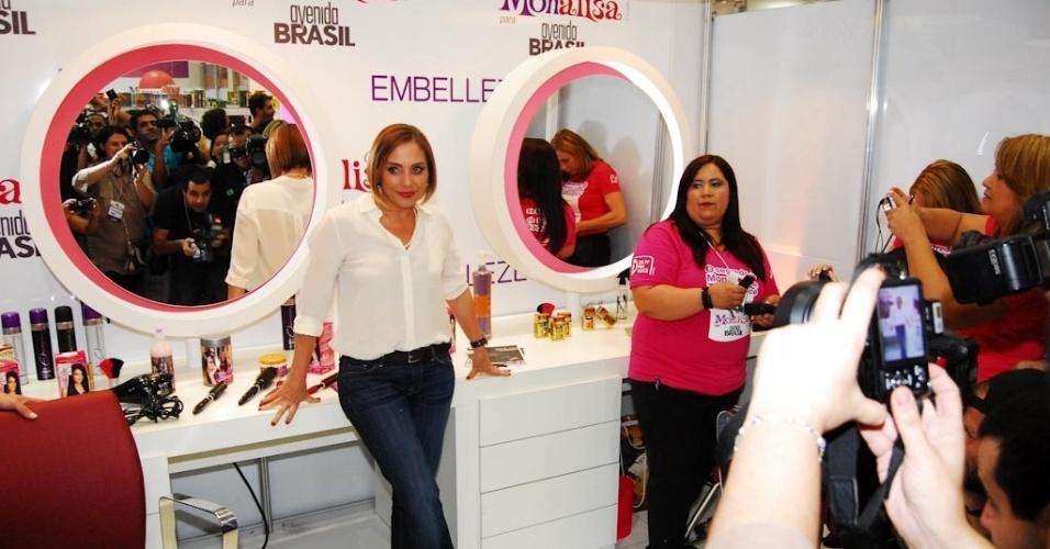 A atriz Heloísa Perissé chega a stand inspirado em sua personagem da novela