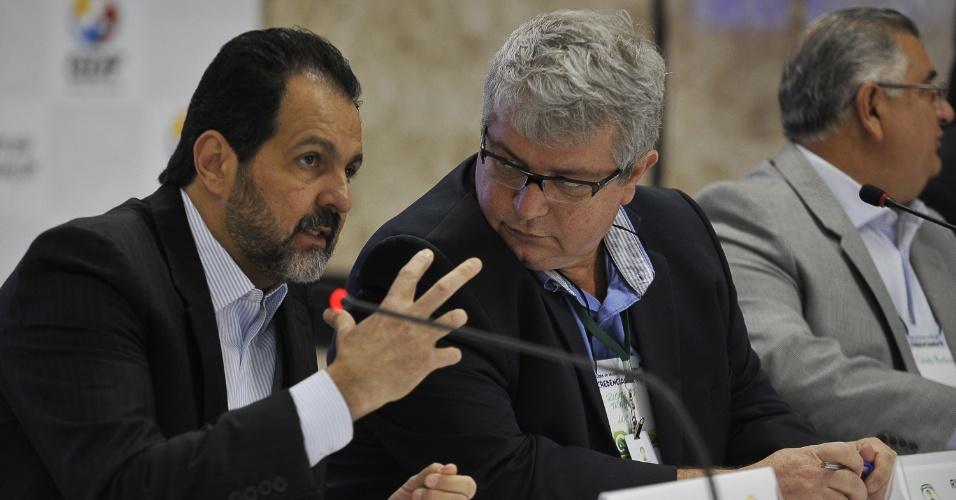 Agnelo Queiroz (esq), governador do Distrito Federal, e Ricardo Trade, diretor executivo de operações e competições do COL, participaram de reunião sobre avaliação do Mané Garrincha