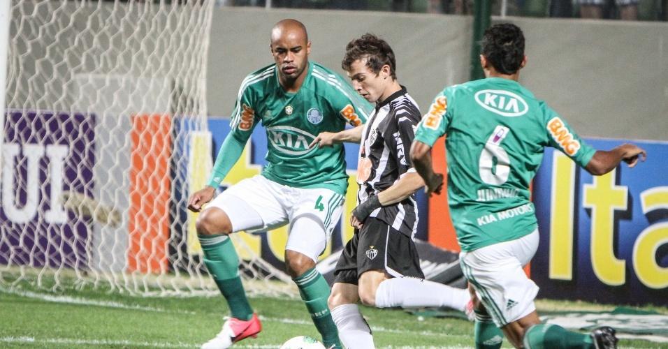 Bernard entre dois marcadores do Palmeiras, durante vitória do Atlético-MG (9/9/2012)