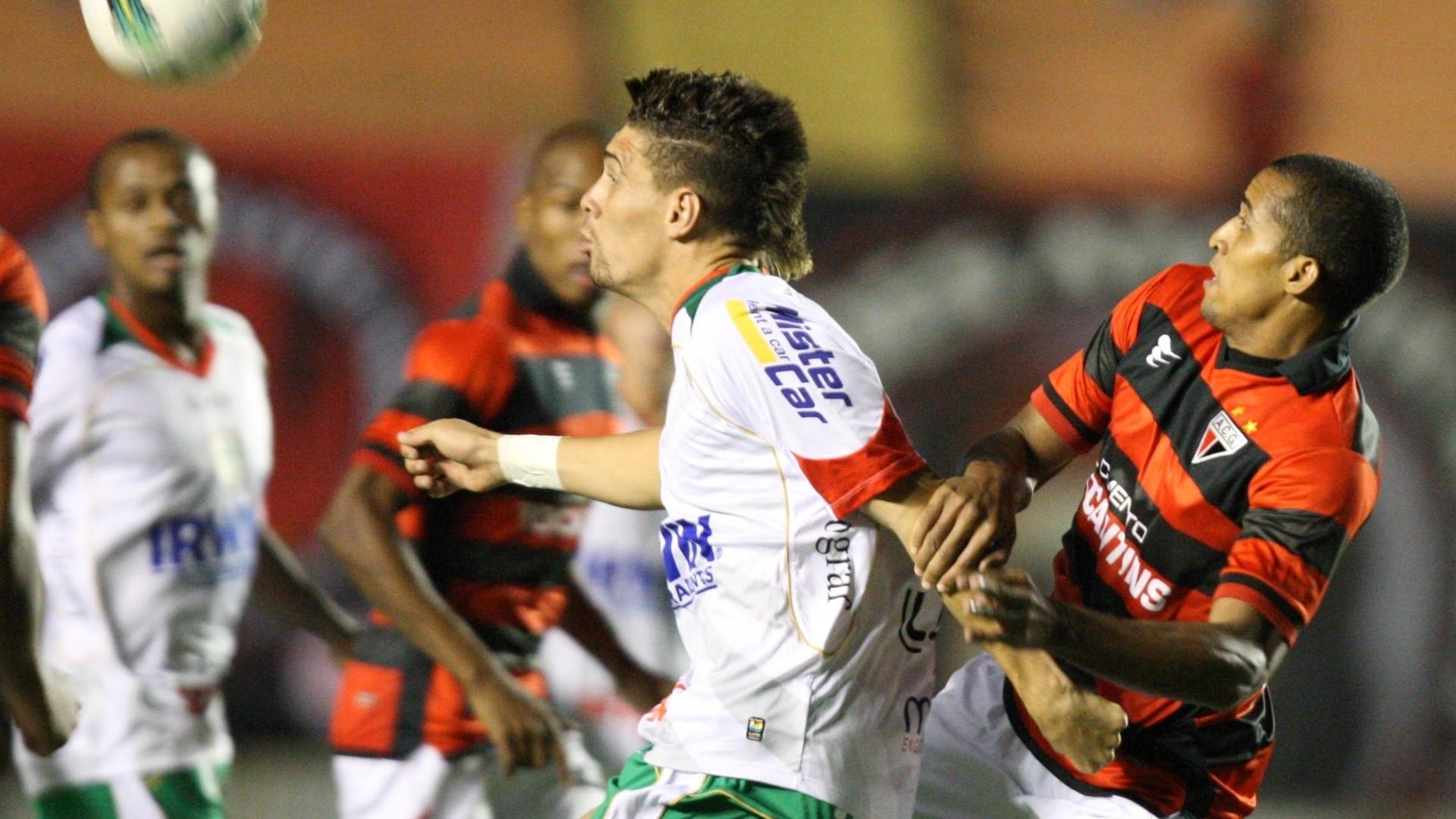 Dodo, do Atlético-GO, tenta roubar a bola de adversário em empate contra a Portuguesa