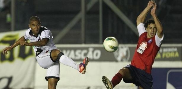 Jogador do Bahia se estica para evitar cruzamento contra a sua área