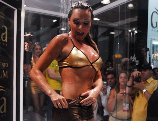 Juju Salimeni toma banho em evento na Beauty Fair (9/9/12)