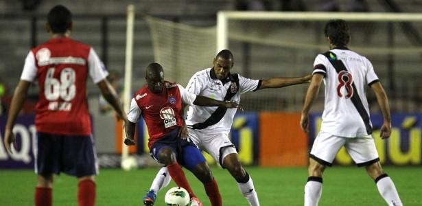 Juninho Pernambucano observa disputa de bola entre jogadores de Vasco e Bahia