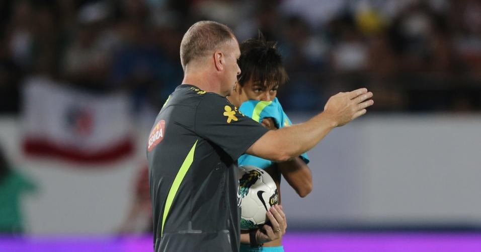 Mano conversa com Neymar durante treino da seleção brasileira