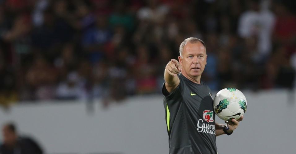 Mano Menezes mudou o ataque da seleção brasileira no treino deste domingo e escalou Hulk no lugar de Leandro Damião