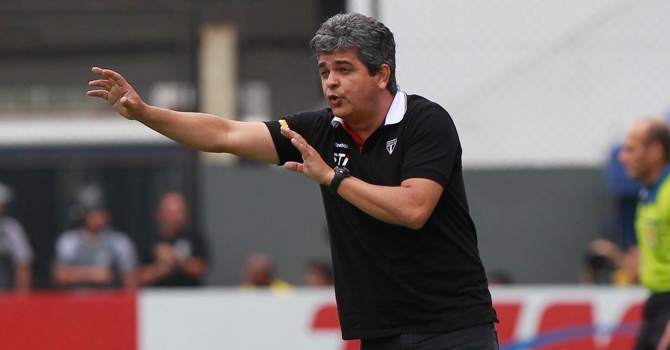 Ney Franco orienta jogadores durante jogo entre São Paulo e Santos