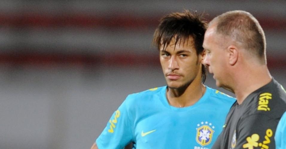 Neymar observa as orientação do técnico Mano Menezes