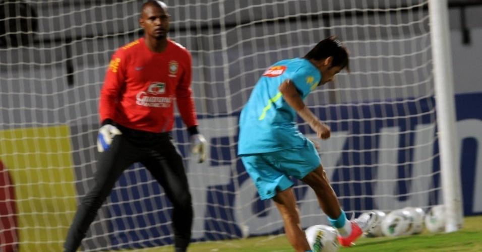 Neymar tenta chute com Jefferson no gol da seleção brasileira