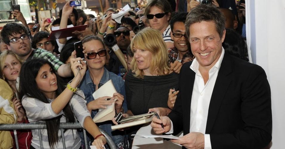 """O ator Hugh Grant distribui autógrafos ao chegar no Festival de Toronto para a pré-estreia do filme """"Cloud Atlas"""" (8/9/12)"""