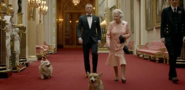 O cão Monty (a frente da Rainha Elizabeth II e de James Bond) apareceu durante a cerimônia de abertura