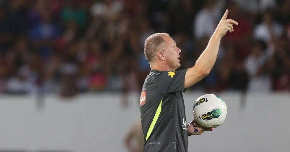 O treinador Mano Menezes passa orientações para o time durante treino no Arruda