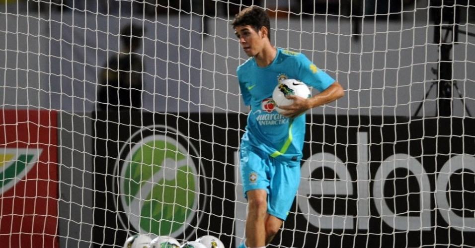 Oscar brinca com a bola durante treino do Brasil no estádio do Arruda
