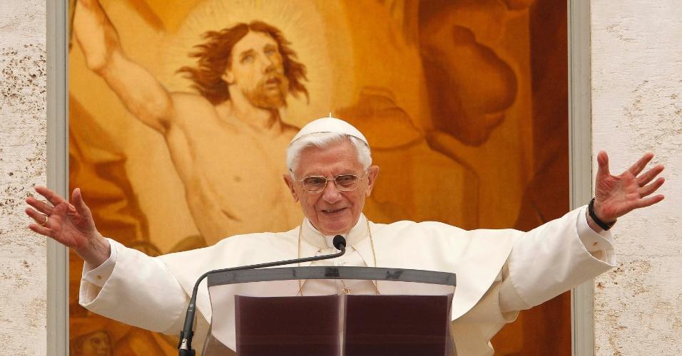 9.set.2012 - Papa Bento 16 celebra oração ao público a partir de janela da residência de verão em Castel Gandolfo, na Itália
