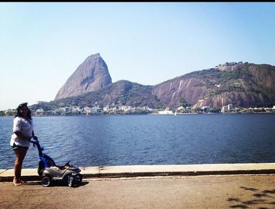 Solange Couto passeia com o filho Benjamin no Aterro do Flamengo