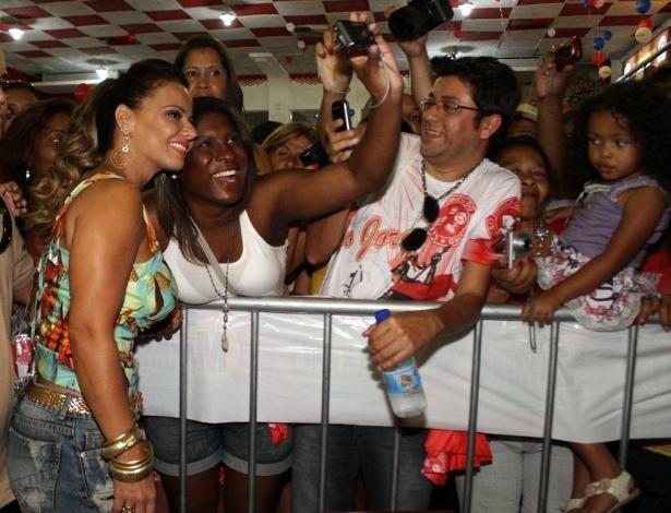 Viviane Araújo tira foto com fãs em tarde de autógrafos na quadra do Salgueiro, no Rio de Janeiro (9/9/12)