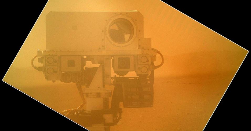 10.set.2012 - Curiosity usou a câmera Mahli, que fica acoplada no seu braço, para fazer um autorretrato nesta sexta-feira (7). Divulgada pela Nasa (agência espacial norte-americana) apenas no fim de semana, a fotografia foi feita com a tampa sobre a lente para ver se havia detritos ou poeira que pudessem danificar o equipamento