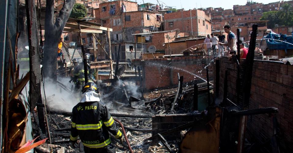 10.set.2012 - Incêndio destrói barracos na manhã desta segunda-feira (10), na favela de Paraisópolis, na Vila Andrade, zona sul de São Paulo. Segundo o Corpo de Bombeiros não há feridos e a causa do incêndio ainda não foi determinada
